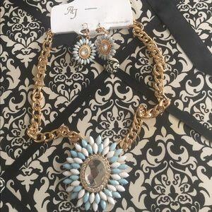 Blue & White Bold Statement Necklace Set! 💅🏽